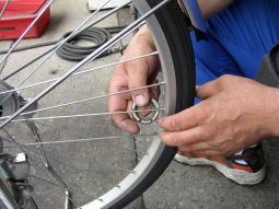 自転車の 自転車 スポーク 調整 工具 : ひとつ下のスポークの取り付け ...